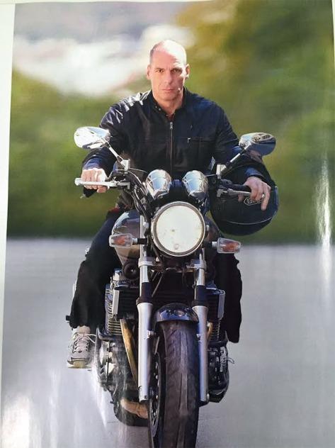 Y. Varoufakis arrivant en moto aux négociations